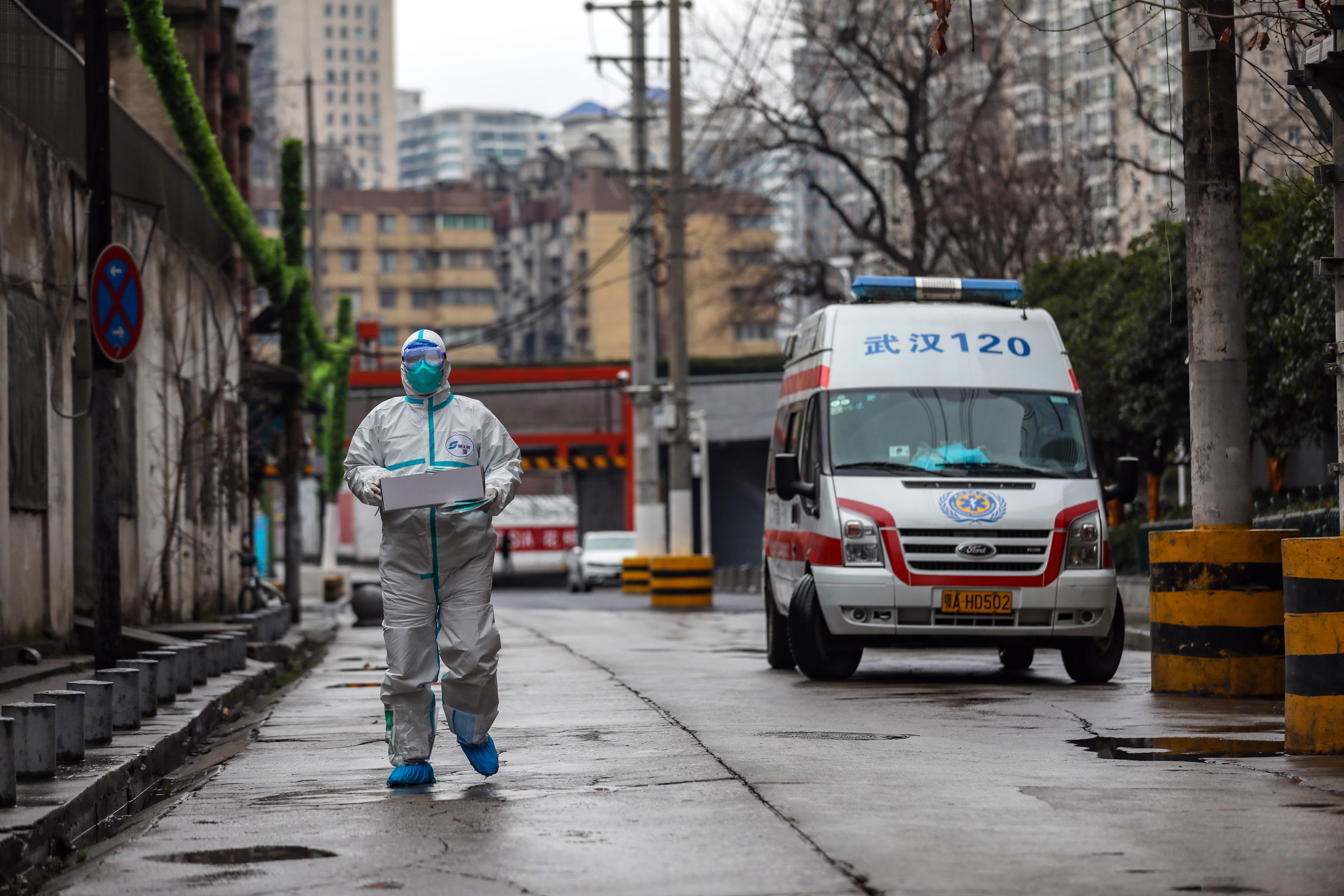 우한 병원에 의료용품 전달하는 구급요원