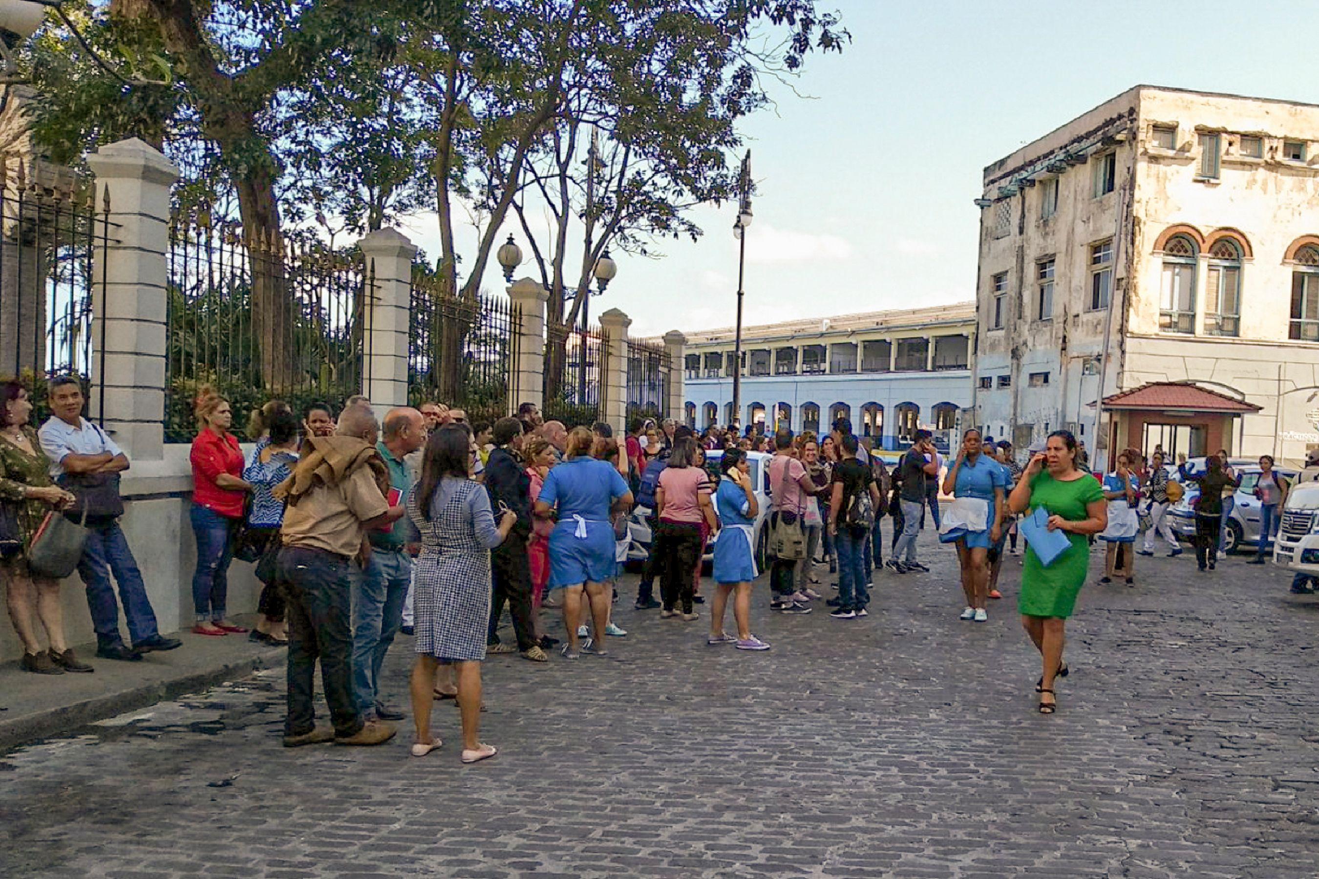 진동 느끼고 대피한 쿠바 아바나 시민들
