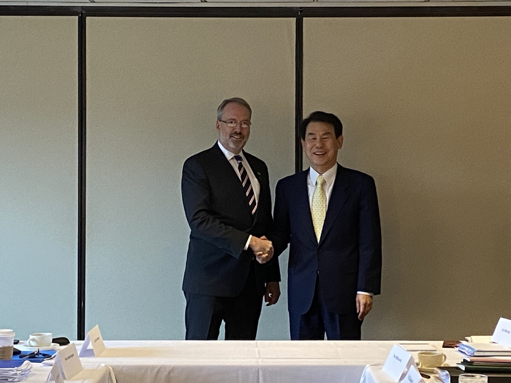 Jeong Eun-bo (R), South Korean chief negotiator for the Special Measures Agreement, shaking hands with his U.S. counterpart, James DeHart