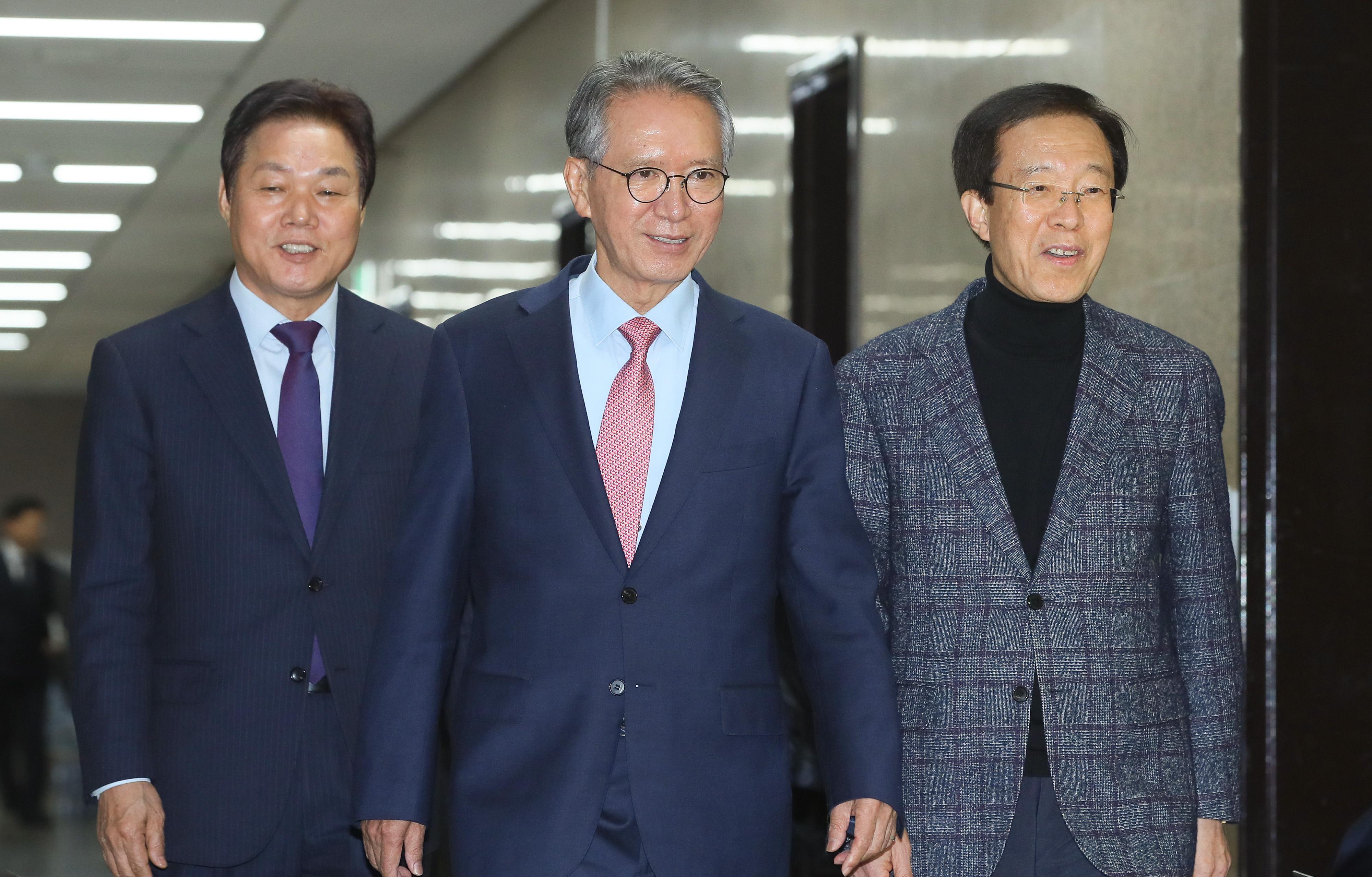 공천관리 회의 입장하는 한국당 위원들