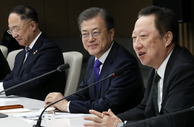 President Moon (C) meets with business leaders