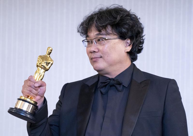 Director Bong Joon-ho holding an Oscar