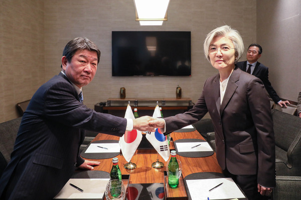 Foreign Minister Kang Kyung-wha (R) and her Japanese counterpart Toshimitsu Motegi