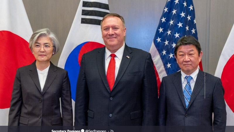Foreign Minister Kang Kyung-wha (L), her U.S. counterpart Mike Pompeo, and Japanese counterpart Toshimitsu Motegi (R)