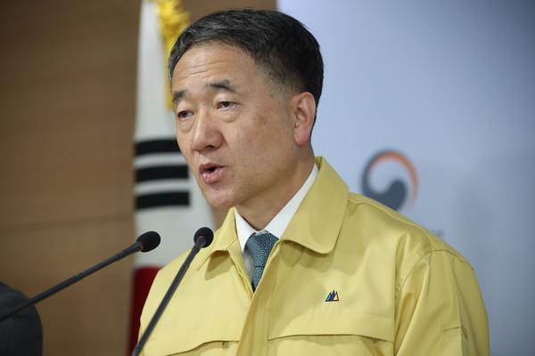 Health minister Park Neung-hoo gives briefing on novel coronavirus, February 16