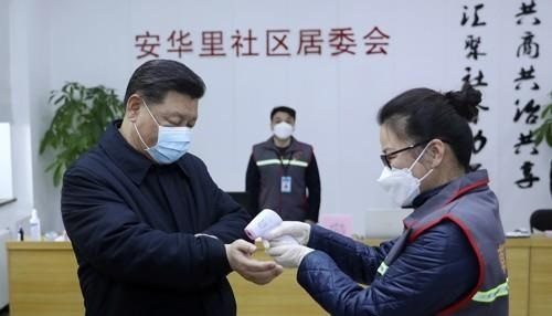 Chinese President Xi Jinping (L) visits a hospital