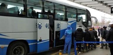 웨이하이 공항서 격리되는 승객들