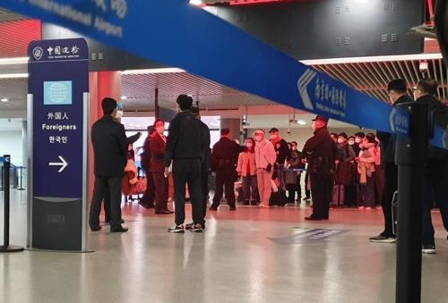25일 중국 난징공항 입국장서 대기 중인 한국 승객들