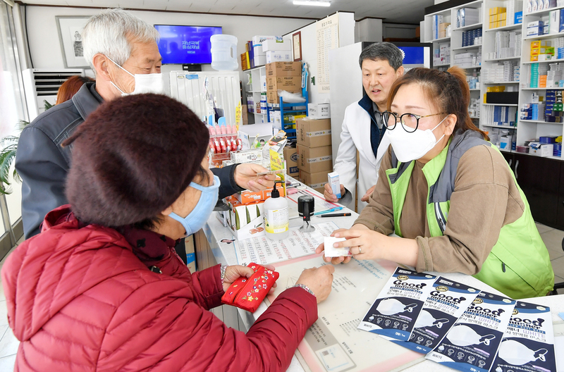 Pharmacists and customers discuss face masks