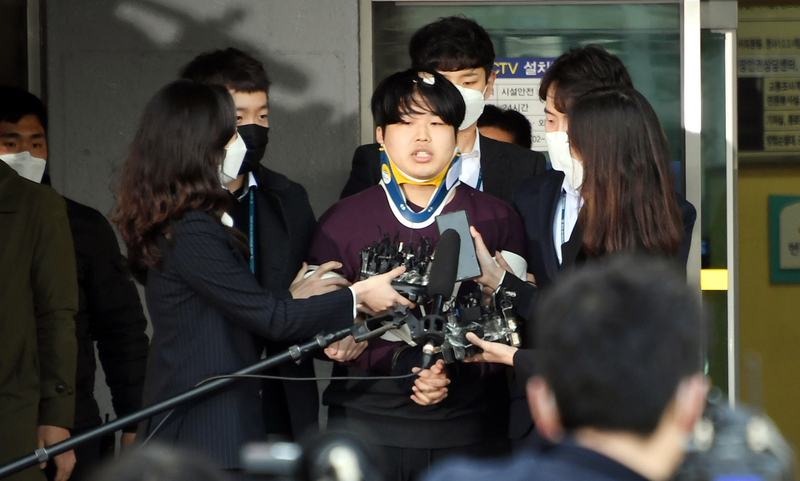 Cho Joo-bin speaks to reporters at Jongno Police Station.