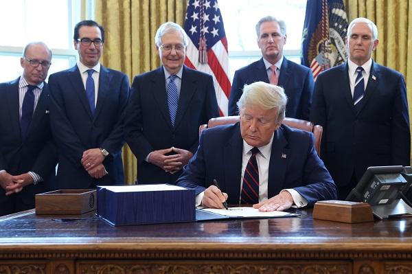미국 경기부양 법안에 서명하는 도널드 트럼프 대통령