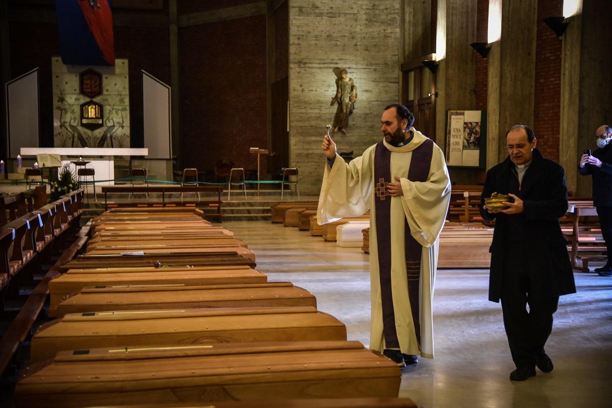 이탈리아의 한 예배당에 놓은 관들