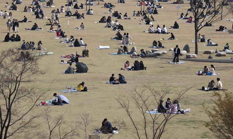 Visitors to Yeouido Hangang Park practice social distancing