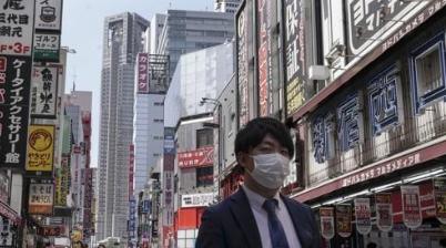 일본 거리에서 마스크를 쓴 행인