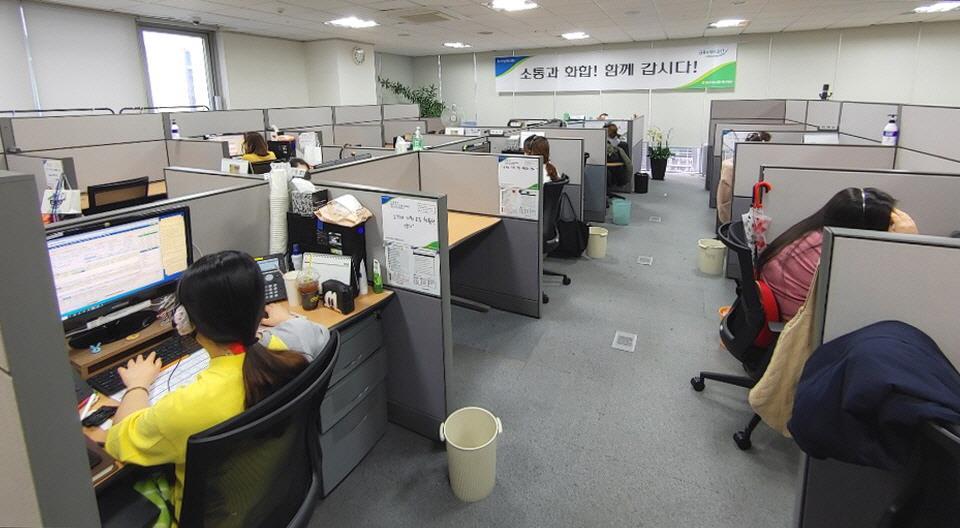 콜센터 점검하는 영등포구 직원들 <사진=영등포구 제공>