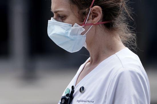 마스크를 쓴 간호사