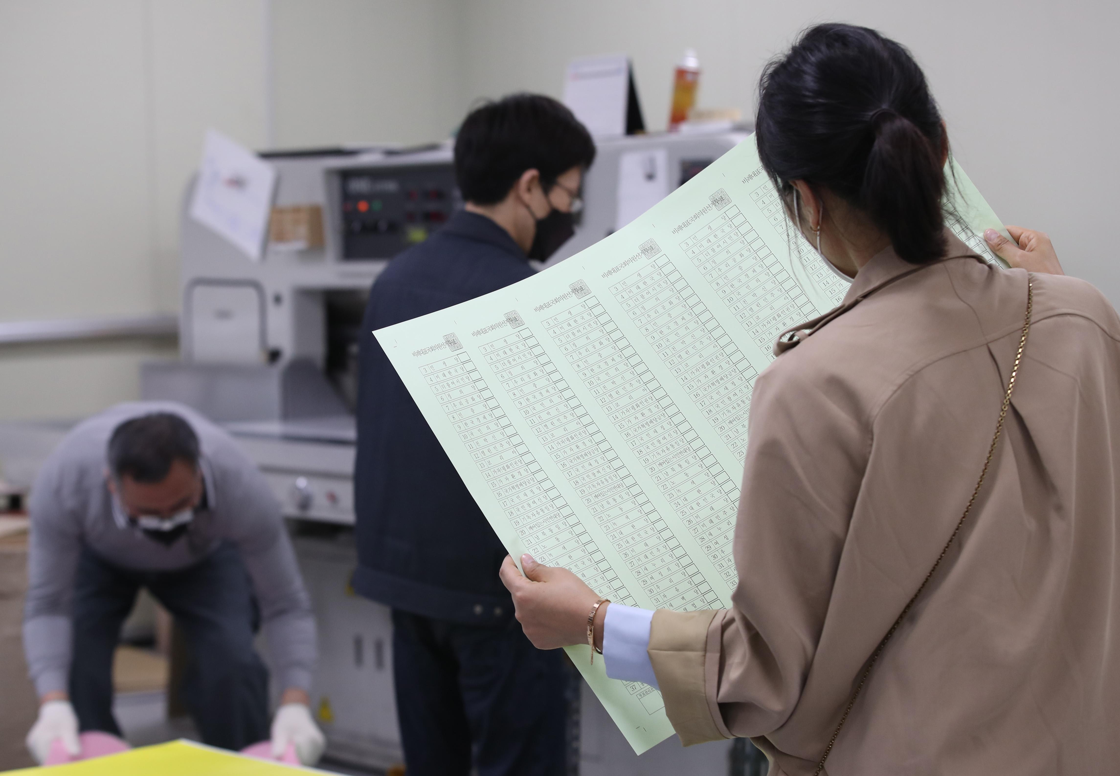 투표 용지 살펴보는 선관위 관계자