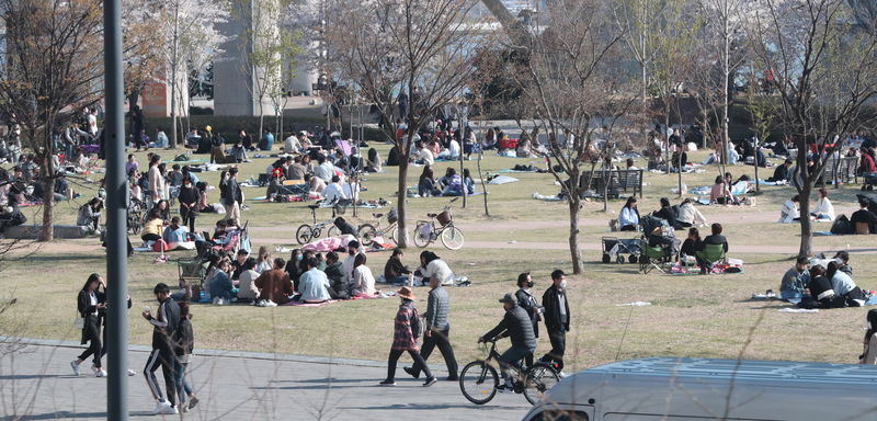Seoul residents flock to parks on Sunday despite the government extending social distancing guidelines.