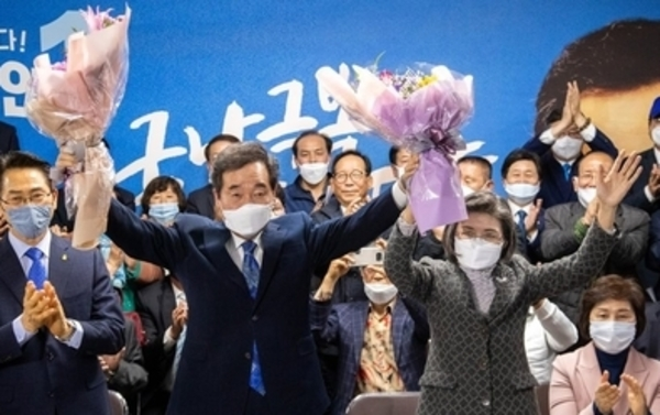 Lee Nak-yon (L), candidate of the ruling Democratic Party, and his wife celebrate election win for the Jongno constituency.