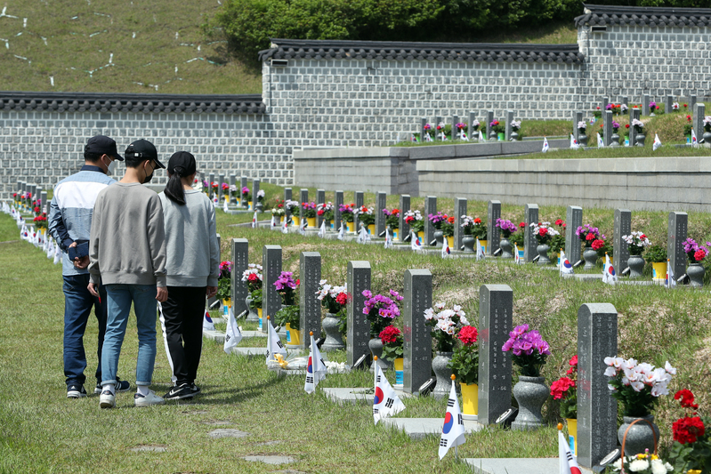 Gwangju residents pay respects to patriotic martyrs of the May 18 Democratization Movement.