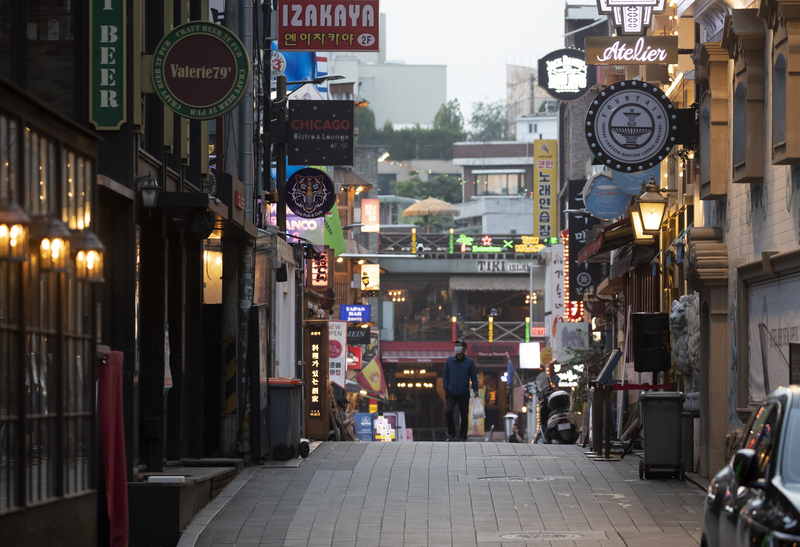 A back alley in Itaewon is deserted Saturday afternoon amid a new coronavirus cluster.