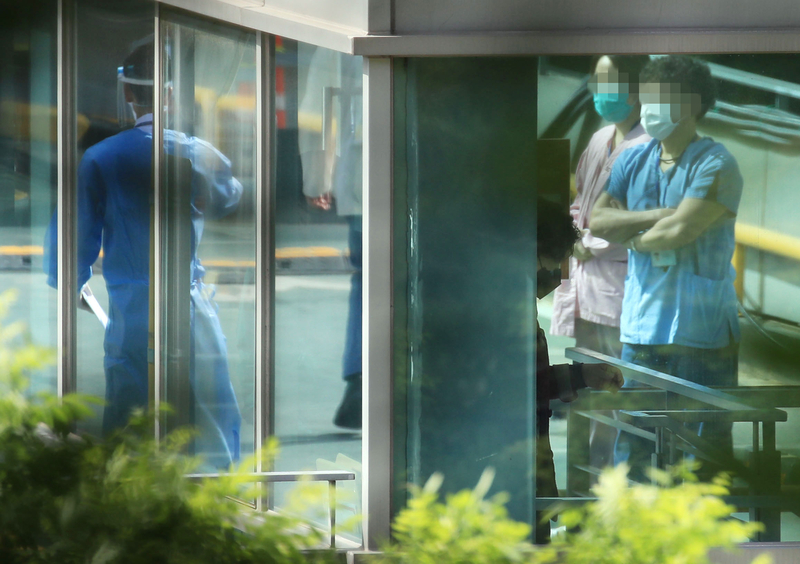 Personnel at Samsung Medical Center talk to one another after four nurses there were infected with the novel coronavirus.
