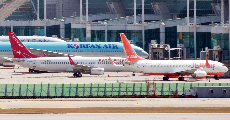 인천국제공항 계류장에 서 있는 LCC 항공기