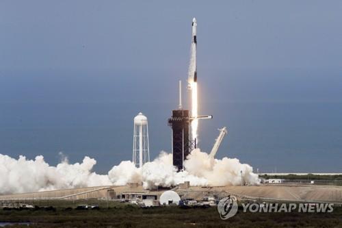 크루 드래건을 실은 스페이스X의 팰컨9 로켓 발사 장면