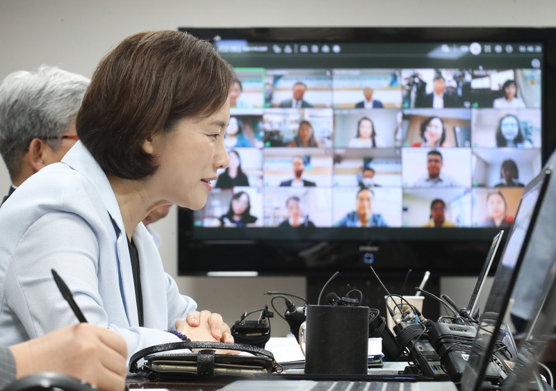 Education Minister Yoo Eun-hae speaks with parents via videoconference Friday.