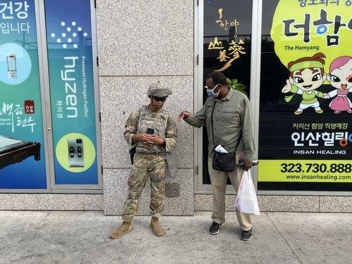 LA 한인타운 앞서 대화 나누는 흑인 남성과 주방위군 병사