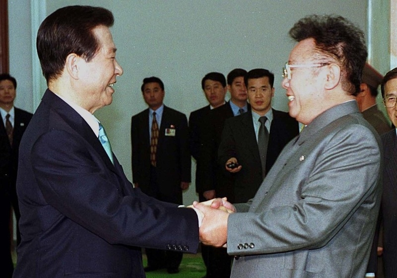 Former South Korean President Kim Dae-jung (L) and then-North Korean leader Kim Jong-il meet for a second day of talks in Pyongyang on June 14, 2000.