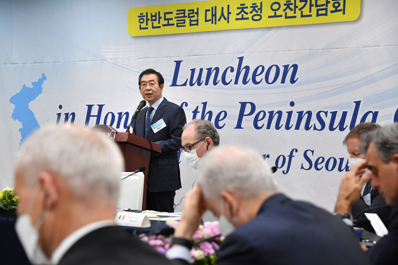 Seoul Mayor Park Won-soon speaks at a meeting of foreign ambassadors.