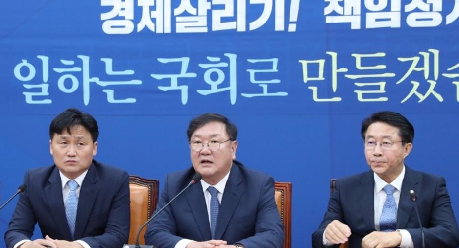 원내대책회의 발언하는 민주당 김태년 원내대표