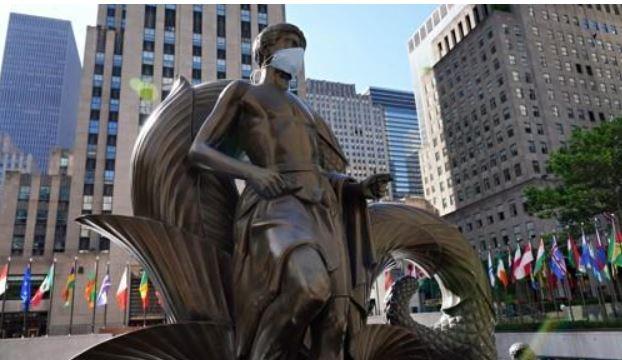 마스크 쓴 뉴욕시 록펠러센터의 'Youth' 동상