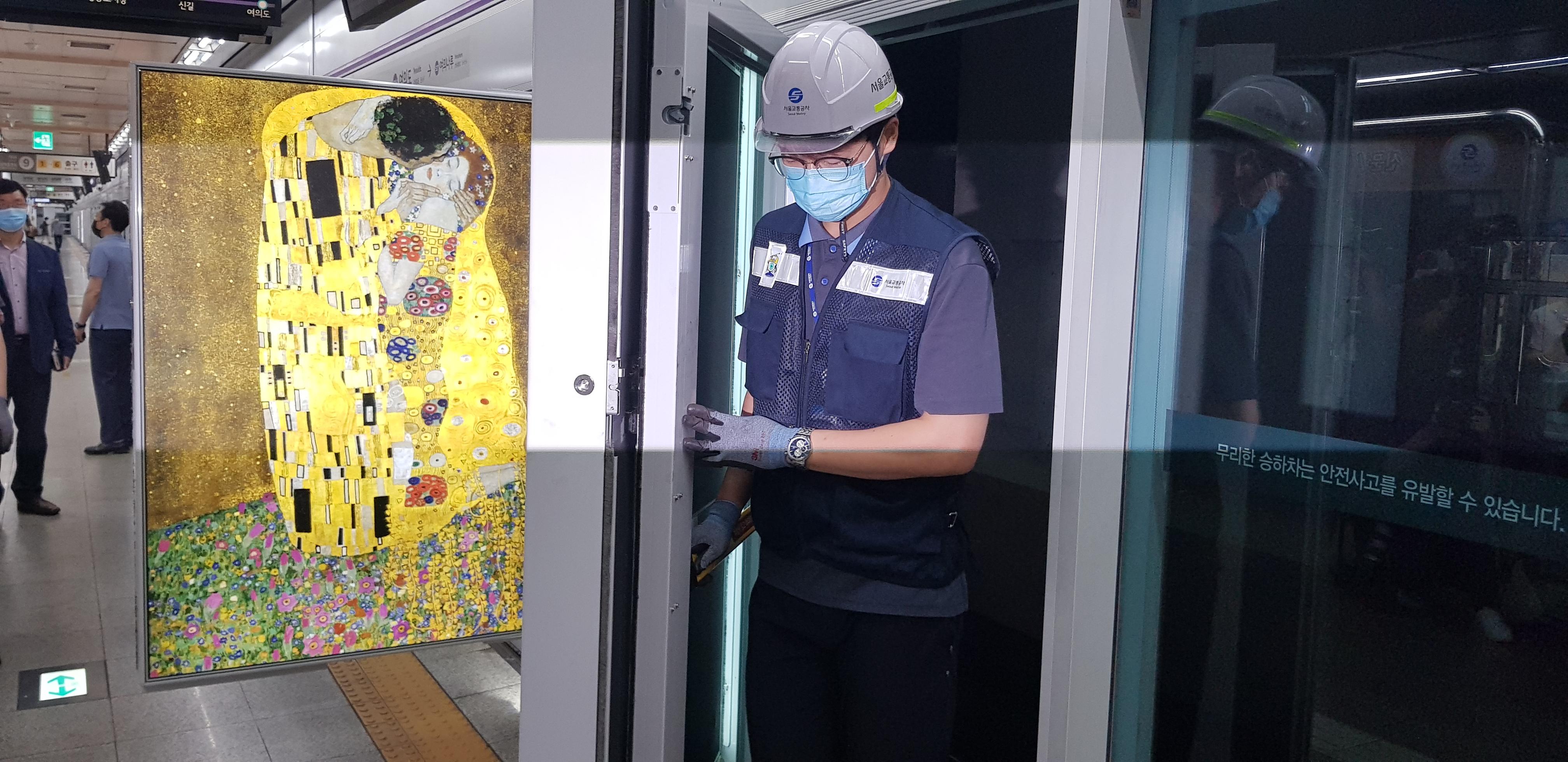 새로 도입되는 승강장 안전문 비상문 겸용 접이식 광고판 <사진=TBS>