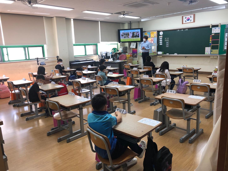 코로나19 속 등교 수업이 진행 중인 초등학교 교실 <사진=TBS>