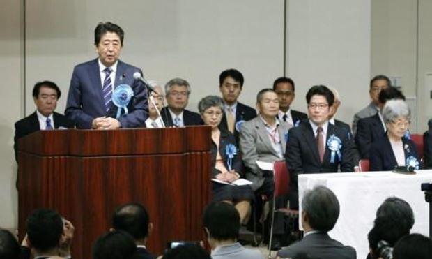 '북한에 의한 납치문제 해결을 원하는 국민대집회'에 참석한 아베 신조 일본 총리