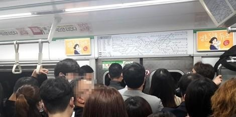 지하철 이용 승객 모습
