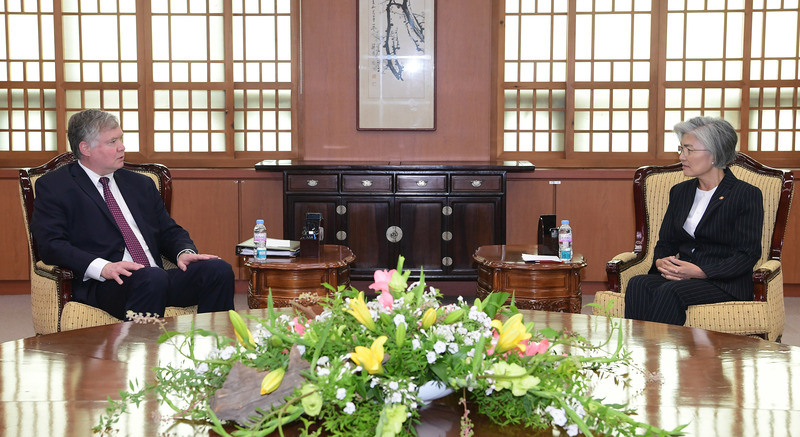 Foreign Minister Kang Kyung-wha (R) and visiting U.S. Deputy Secretary of State Stephen Biegun (L) hold talks at the Ministry of Foreign Affairs in Seoul on July 8, 2020.
