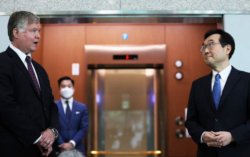 U.S. Deputy Secretary of State Stephen Biegun (L) meets with his South Korean counterpart, Lee Do-hoon, in Seoul on July 8, 2020.