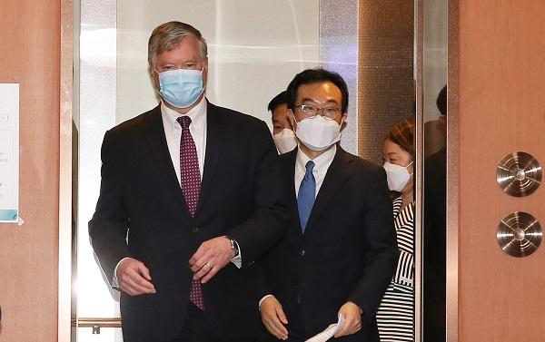 방한중인 비건 대표(왼쪽)와 이도훈 본부장