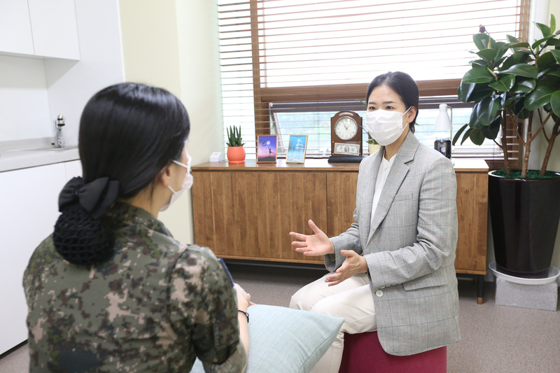 Lieutenant Colonel Noh Hyun-joo, the head of the sexual abuse and human rights investigative team, provides consultation to a soldier.