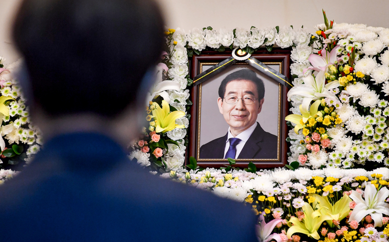 A mourner pays tribute at a memorial altar for late Seoul Mayor Park Won-soon at Seoul National University Hospital.
