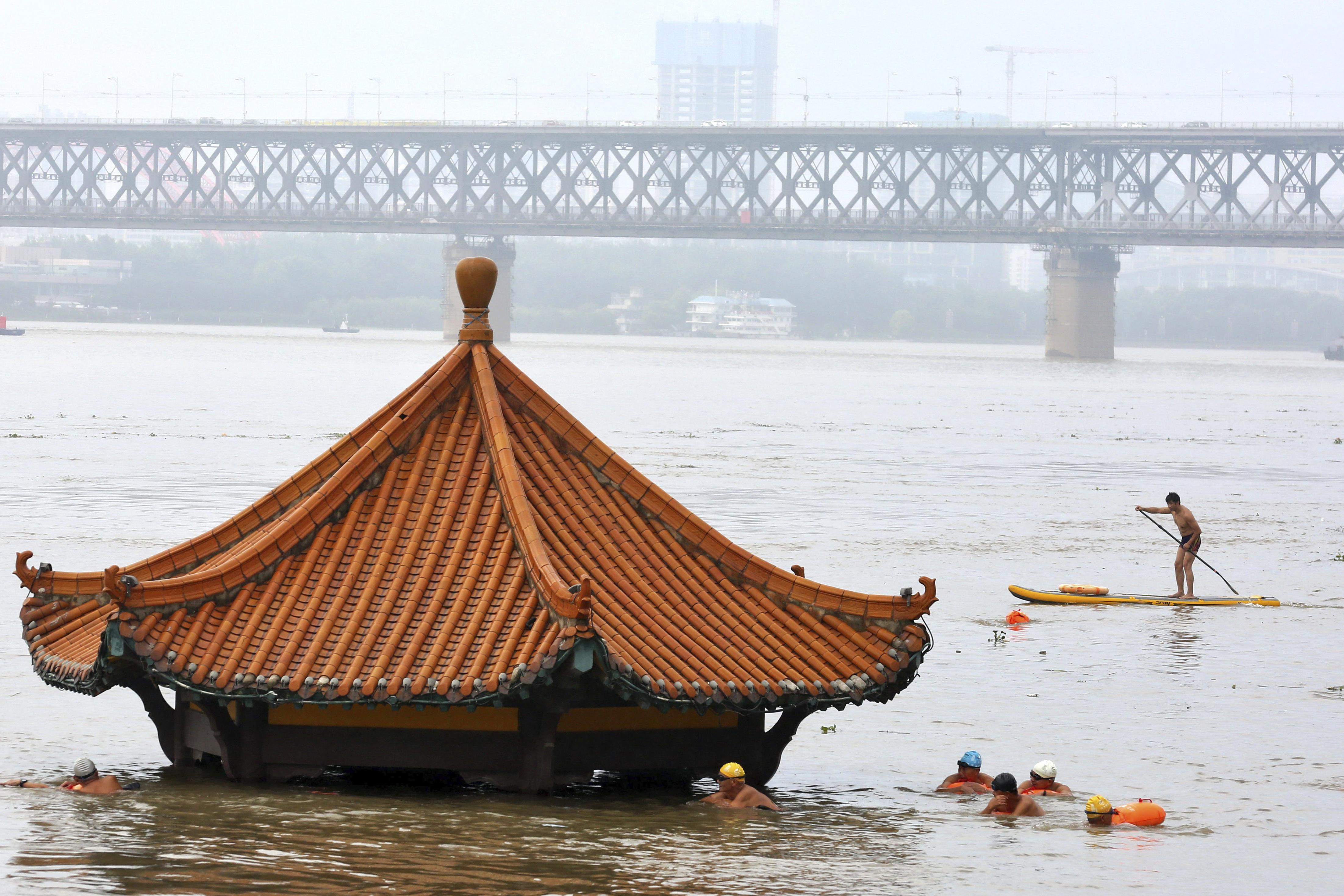 홍수로 물에 잠긴 중국 양쯔강변의 정자