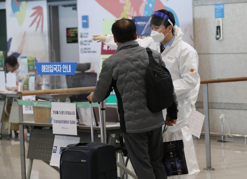 인천국제공항 입국장에서 코로나 검사를 안내받고 있는 입국자