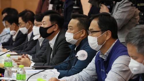 나란히 앉은 최저임금위 사용자위원과 근로자위원들