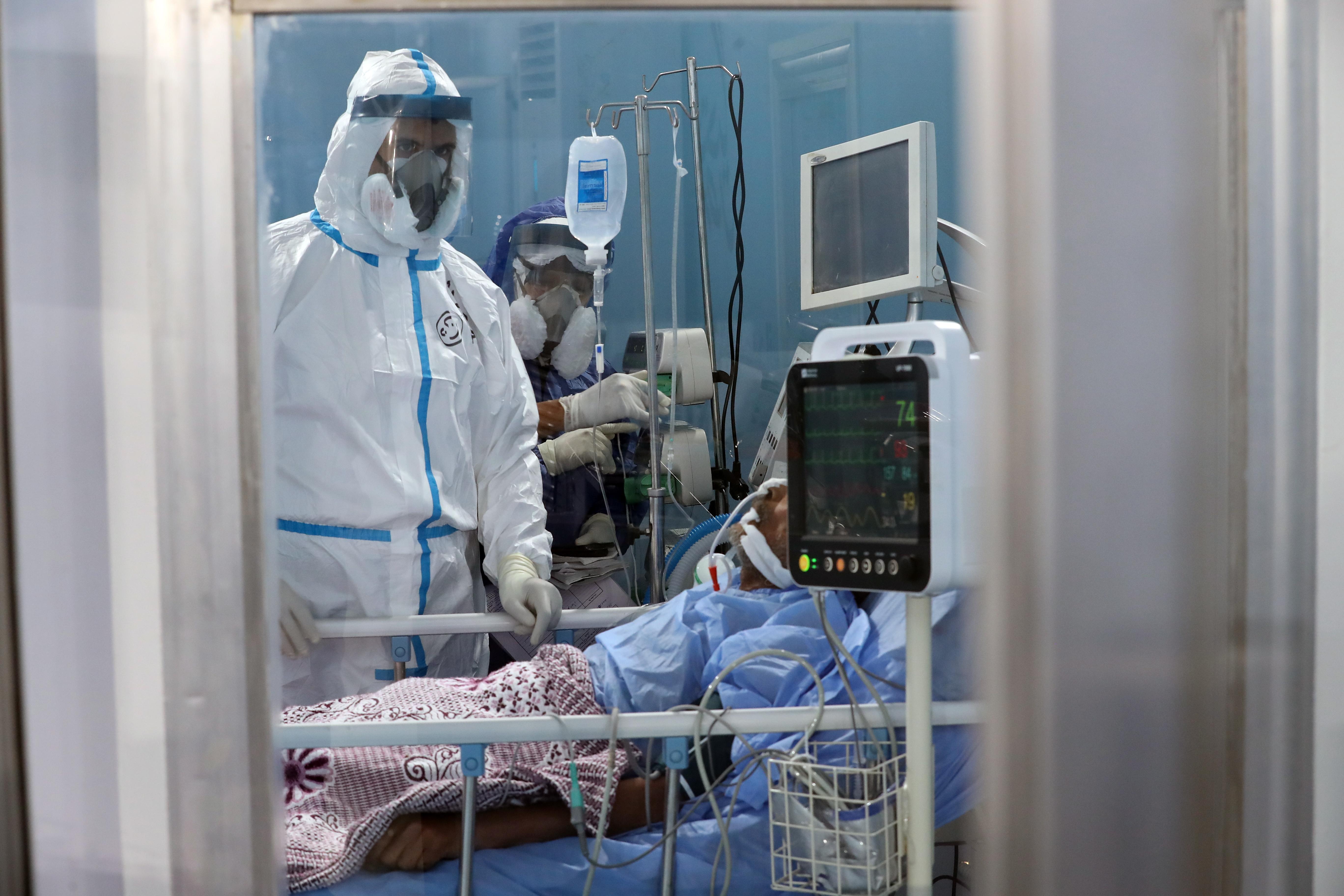 코로나19 환자 돌보고 있는 의료진