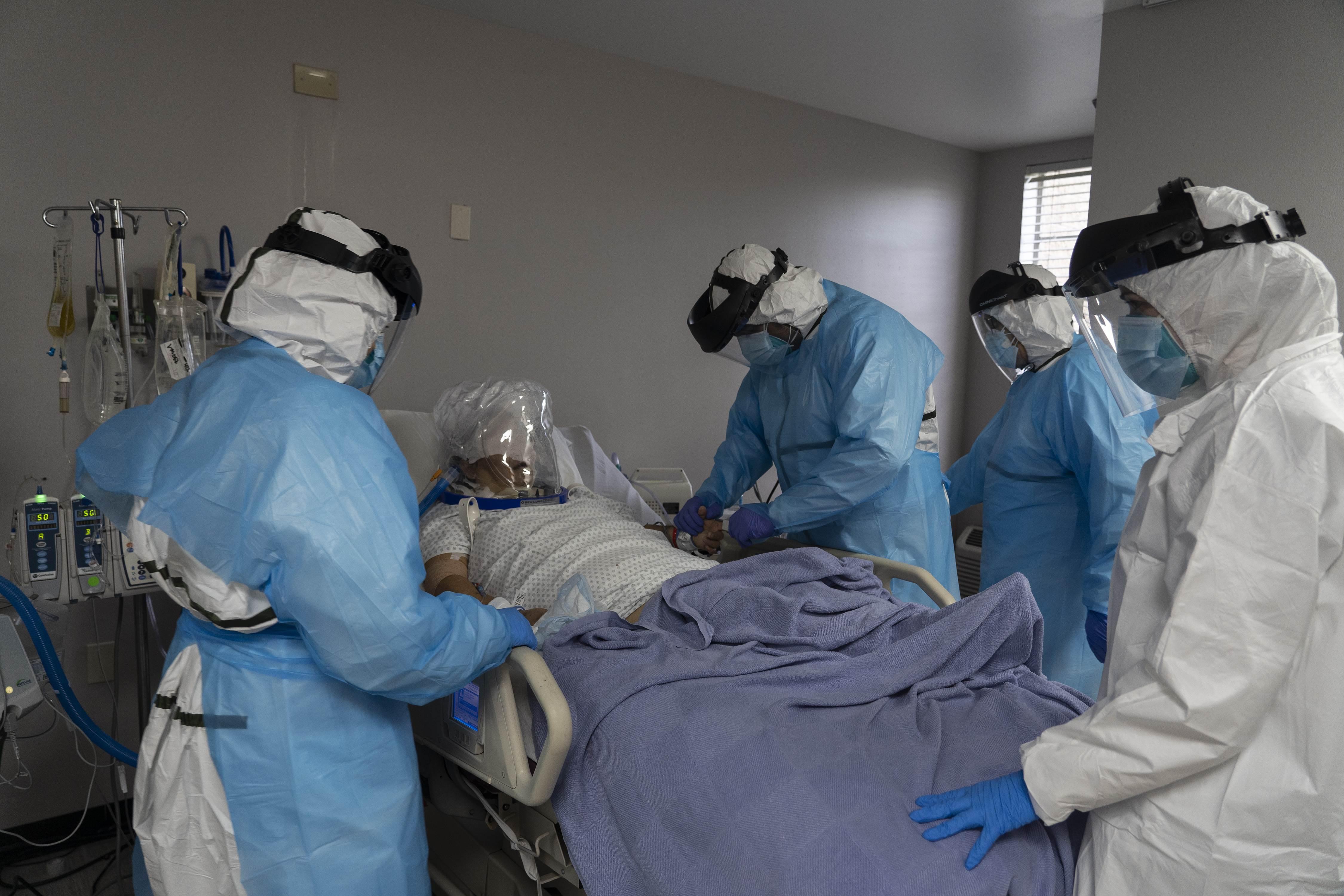 코로나19 중증 환자를 치료하고 있는 미국 의료진
