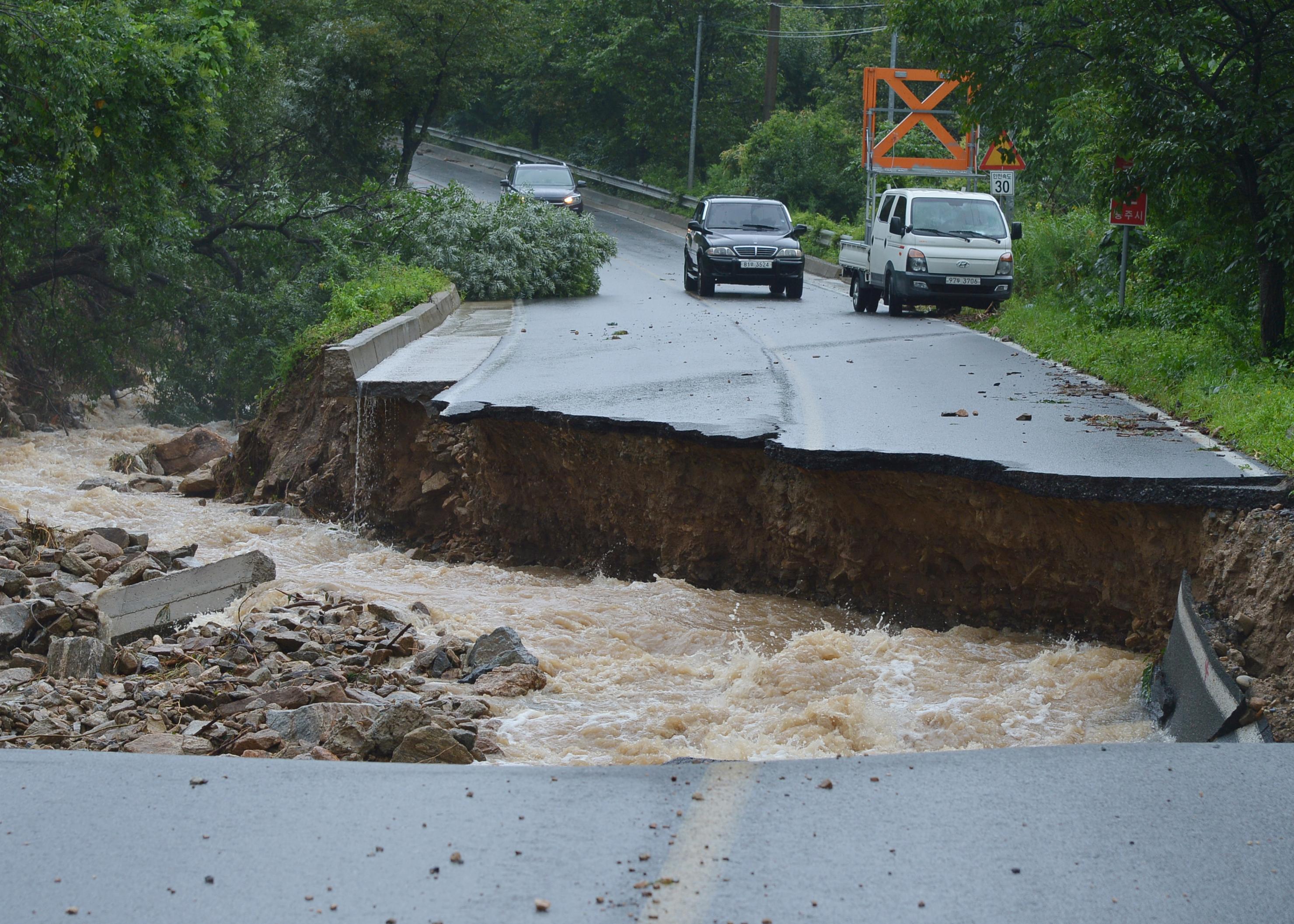 폭우로 끊긴 충주 도로