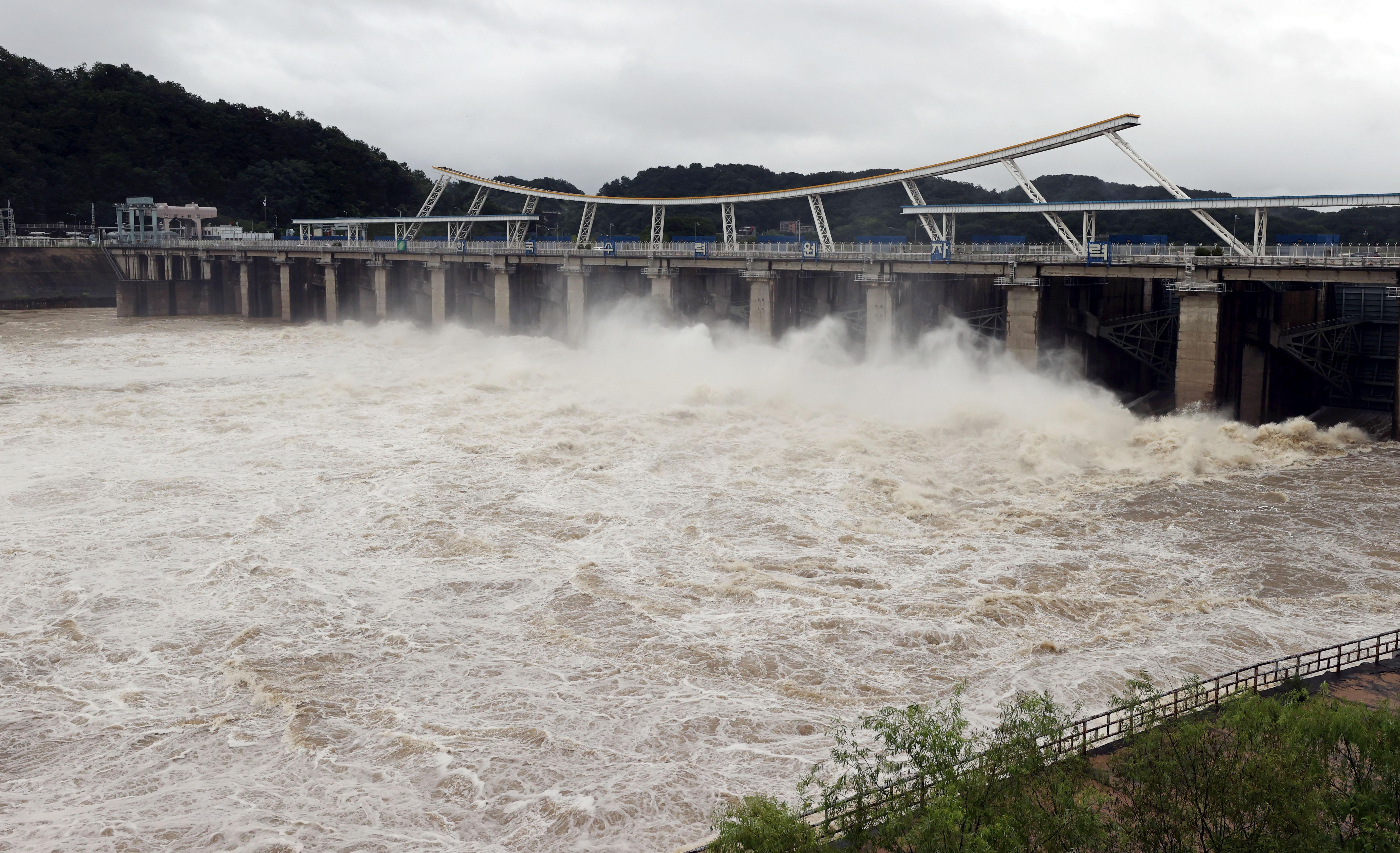 물 방류해 수위 조절하는 팔당댐